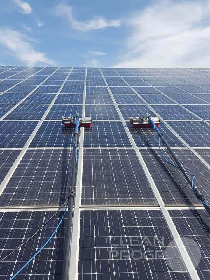 Brosse rotative sur perche pour nettoyer des panneaux photovoltaiques