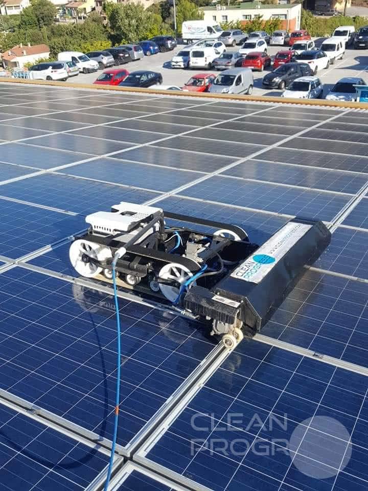Robot radiocommandé pour nettoyage de panneaux solaires