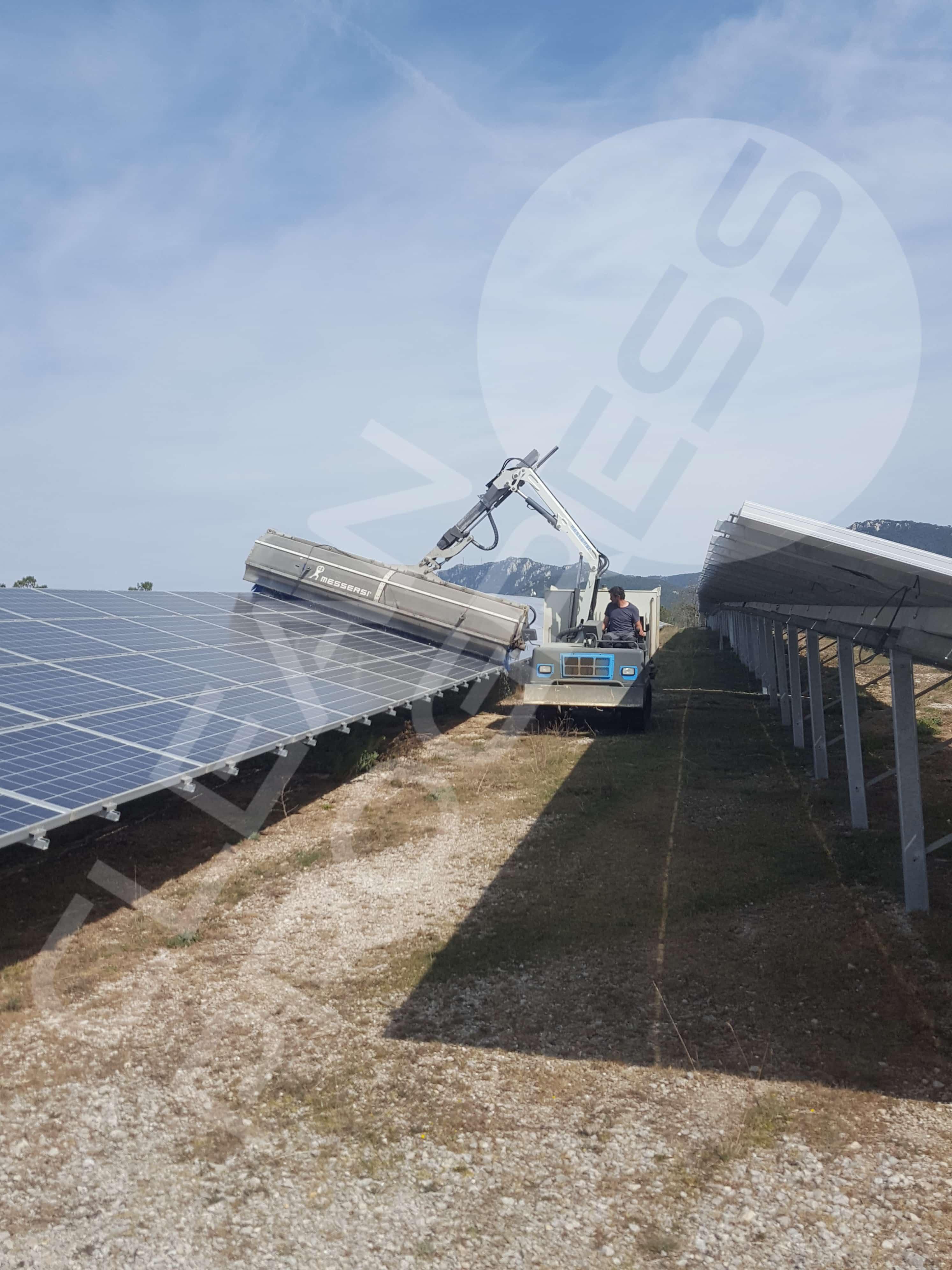 Lavage optimal dans un champ solaire pour optimiser le rendement des panneaux photovoltaïques