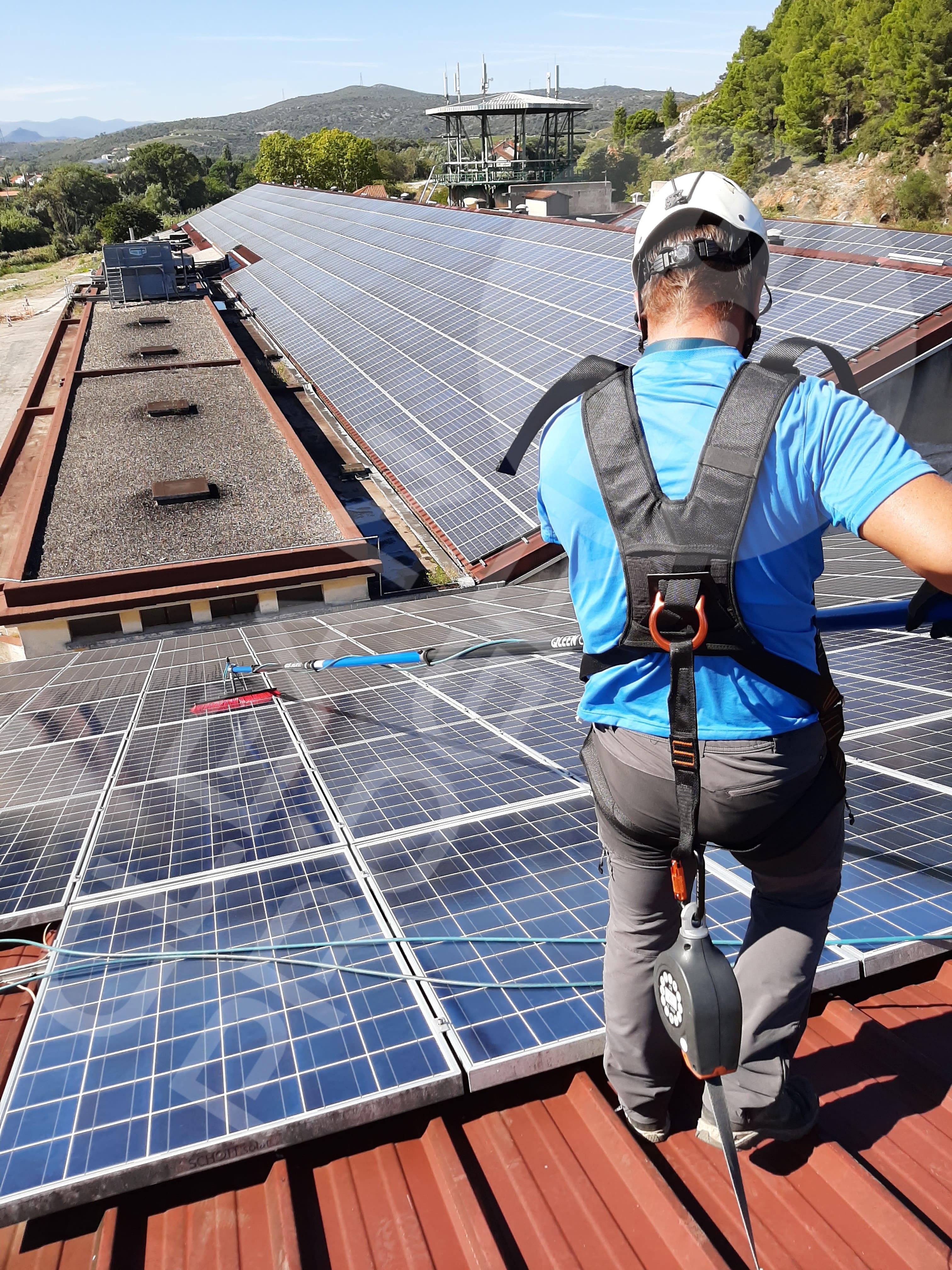 nettoyage professionnel dans grandes surfaces de panneaux solaires