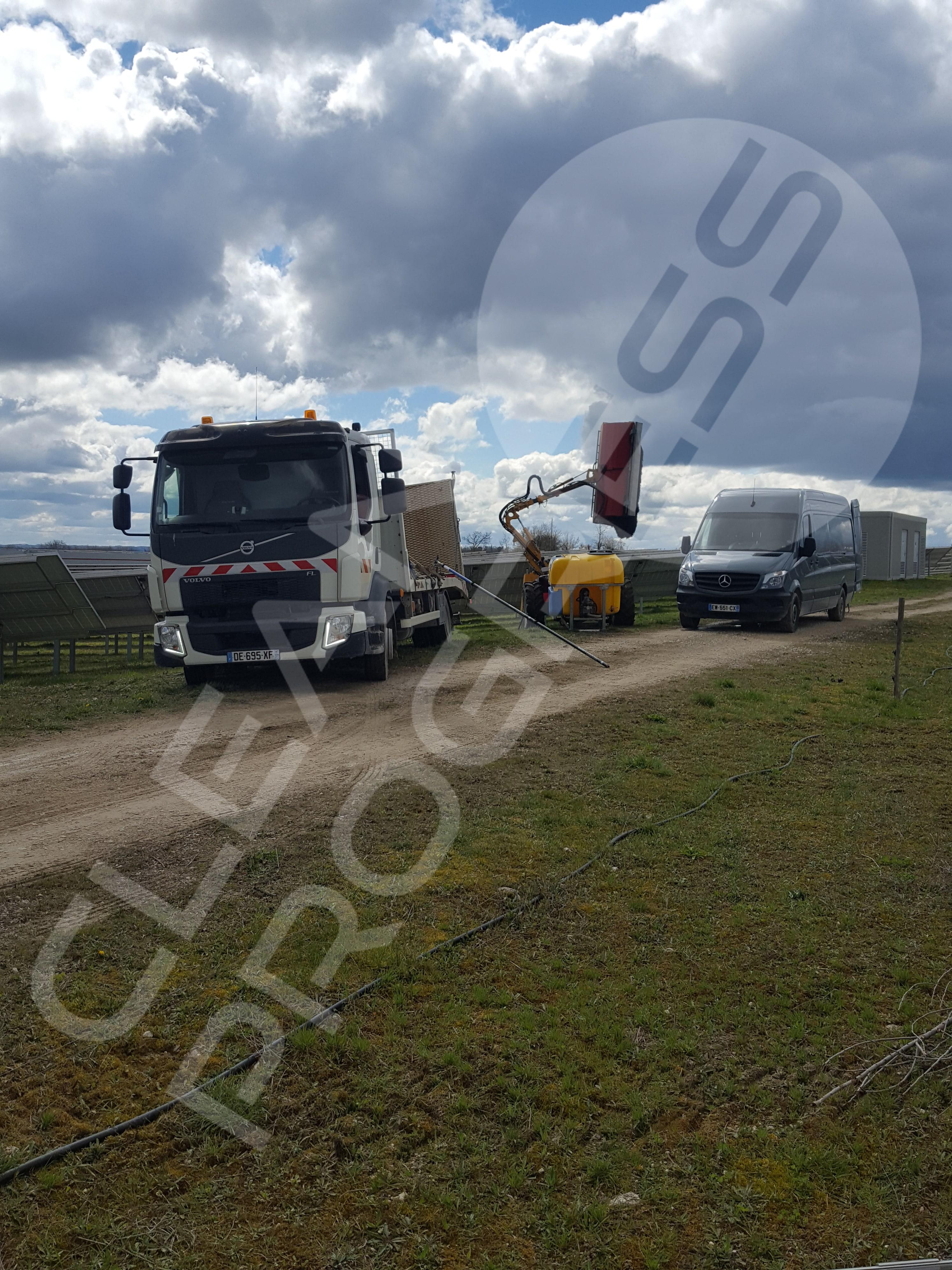 photos de des deux véhicules dans un nettoyage d'un champ photovoltaïque dans le Lot